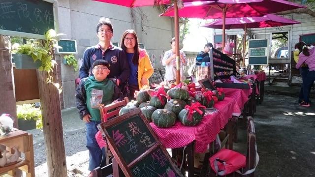 陳龍基與吳家晴帶著兒子陳星懿到假日市場與消費者面對面。(吳家晴提供)