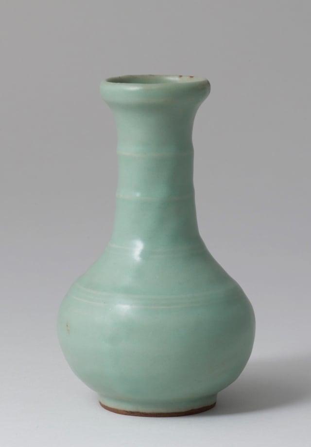 南宋龍泉窯竹節頸直底足青瓷瓶,高14.5厘米。(Zetterquist 畫廊提供)