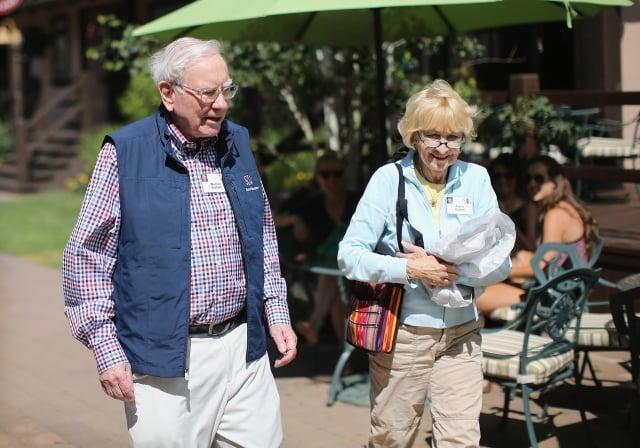 圖為巴菲特與妻子Astrid(Scott Olson/Getty Images)