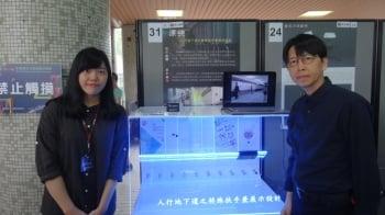 朱政德副教授(右)、李季芸與設計作品。(嘉義大學提供)