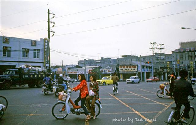 1979年高雄五福路與公園路轉角。(Doi Kuro提供)