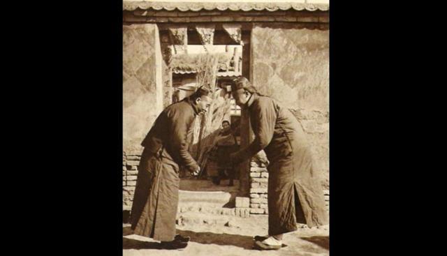 互相打招呼的老北京人。(網路圖片))