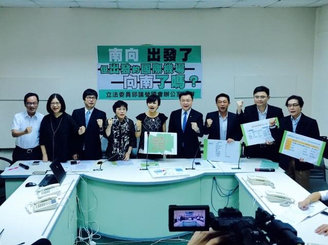 9名立委聯合召開記者會,呼籲政府:「南向政策,從高雄出發!」(趙天麟國會辦公室提供)