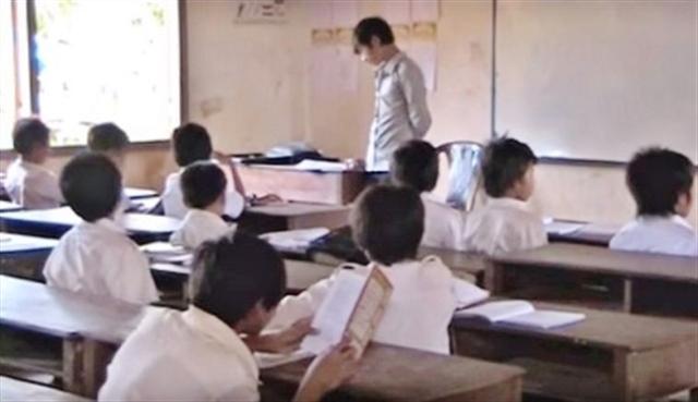 在柬埔寨一個華人村莊裡,老師正在給孩子們上課。(youtube視頻截圖)