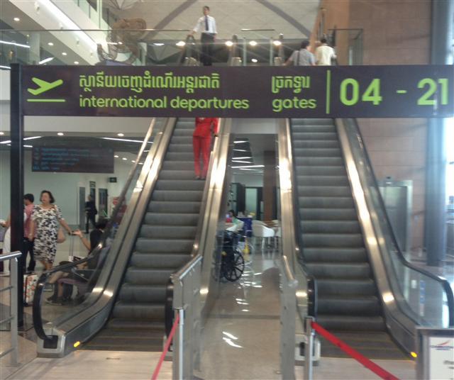 先前遭柬埔寨拘捕的17名涉及電信詐騙的中華民國籍人士,原本21日下午遣送至中國大陸,臨時喊停,目前待陸方確定時間,可能是明、後兩天。圖為金邊國際機場出境大廳。 (金邊台商提供)