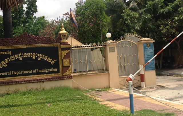 在柬埔寨因涉及電信詐騙案被捕的13名台灣民眾日前被關押在金邊機場附近的移民局看守所內,中華民國駐越南代表處和柬埔寨當地台商總會正設法將人送回台灣。 圖為看守所外觀。 (台商提供)