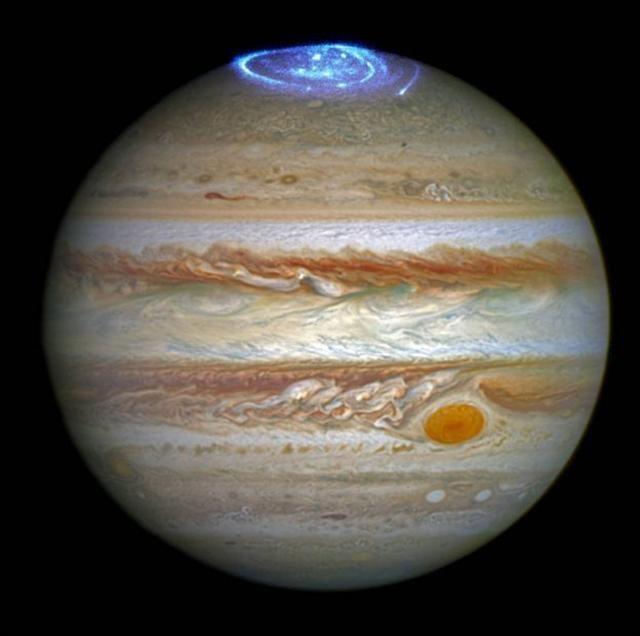 哈伯太空望遠鏡拍攝到的一幅木星北極的極光,疊映在哈伯望遠鏡2014年拍攝的一幅圖上。(NASA.gov Video影片截圖)