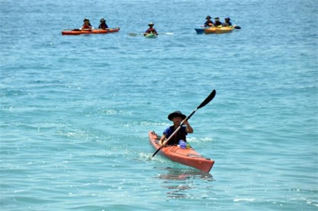 台灣台東「孩子書屋」8位小朋友完成獨木舟環島壯舉,7月30日上岸,他們說,從海面看台灣真的很美,「現在只想好好休息」。(中央社)