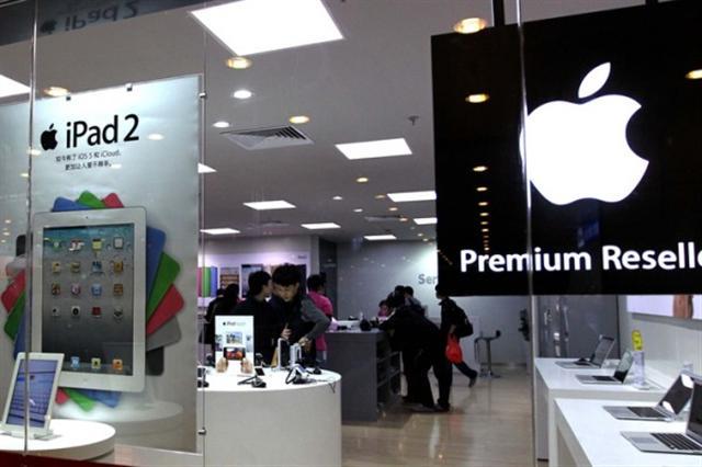 蘋果公司上季在中國市場出貨率比去年同期下跌38%,在中國智慧型手機市場的市占率也跌至第五位。圖為廣州天河城蘋果專賣店。(ChinaFotoPress/Getty Images)