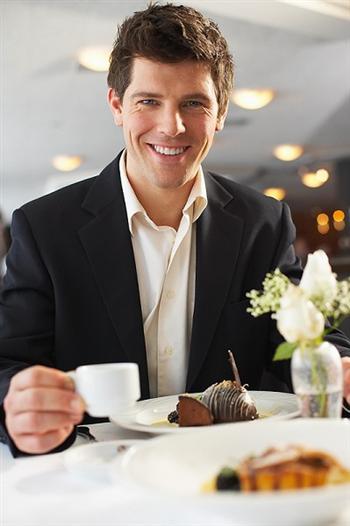 現代人喜歡喝咖啡配甜食,而忽略了喝白開水的好處。(Clipart.com)