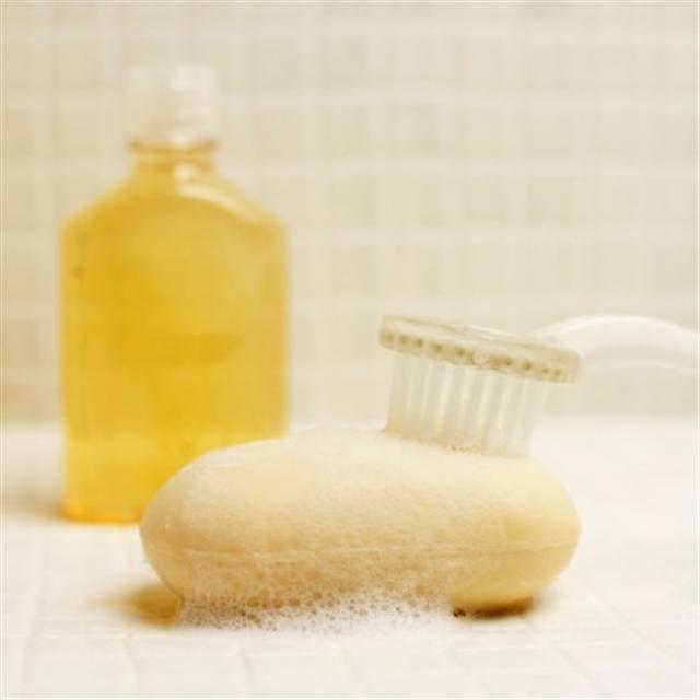 可能導致不孕症的鄰苯二甲酸鹽經常隱藏在有香味的肥皂、洗髮精、沐浴乳和乙烯製的浴簾中。(photos.com)