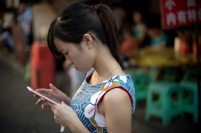 中國詐騙案層出不窮,近日竟發生女學生學費被騙走而傷心致死案例。圖非當事者。(Getty Images)