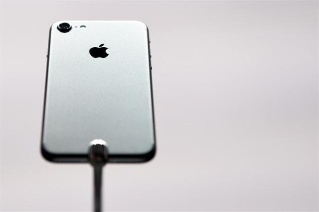 週三(7日)果粉總算等到iPhone 7亮相,但有些人已在想著明年可能推出的iPhone 8新機。(JOSH EDELSON/AFP/Getty Images)