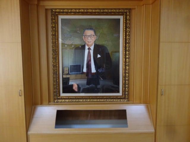 (對照圖)陳啟川畫像「高醫大創辦人」名號已被除去。
