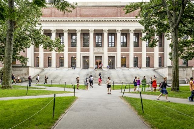 《美國新聞與世界報導》(US News & World Report)甫公布《2017年全美最佳研究所排名》(2017 Best Graduate Schools Rankings),其中哈佛大學拿下商學院及醫學院(研究中心)的第一名。圖為哈佛大學。(Fotolia)