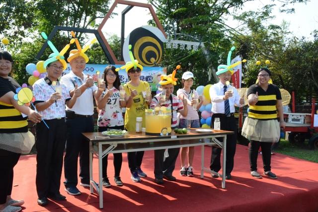 雲林家扶舉辦相見歡活動,主委陳燦勳(右二)和認養人們一起調製蜂蜜飲給家扶兒享用。(雲林家扶提供)