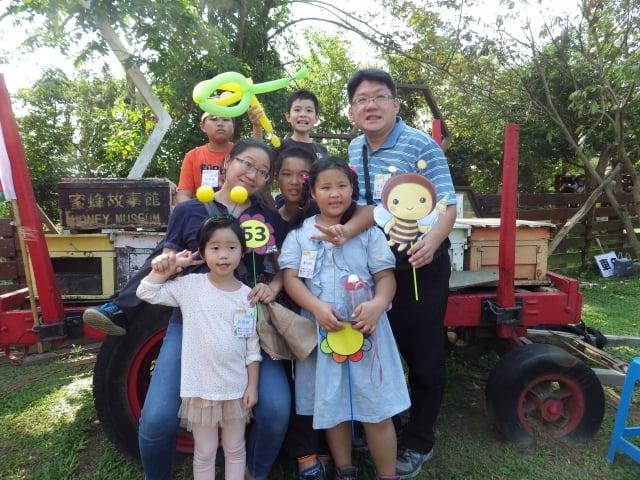 昱鑫科技公司業務經理李筑婷(二排左一),帶著全家人一起來與認養童歡聚。