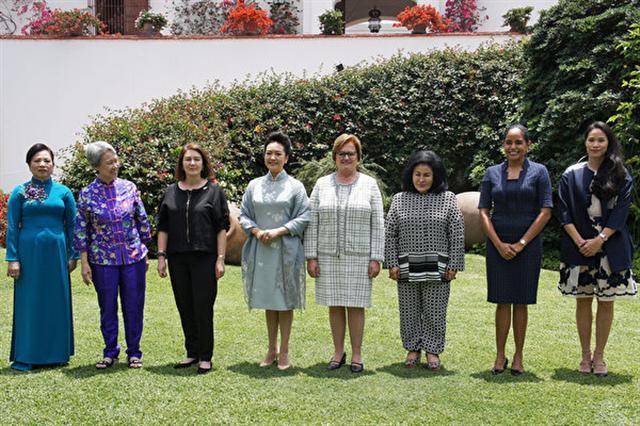 APEC經濟領袖代表宋楚瑜女兒宋鎮邁(右1)19日(當地時間)在秘魯首都利馬,和領袖代表夫人及眷屬前往拉爾哥博物館參觀。(APEC代表團顧問李鴻鈞提供)