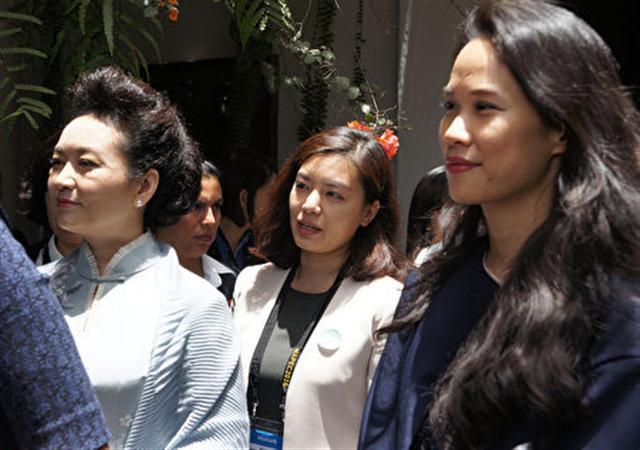 APEC經濟領袖代表宋楚瑜女兒宋鎮邁(右)11月19日(當地時間)在利馬和領袖代表夫人及眷屬前往拉爾哥博物館參觀,與中國大陸國家主席習近平妻子彭麗媛(左)一同聆聽導覽介紹。(APEC代表團顧問李鴻鈞提供)