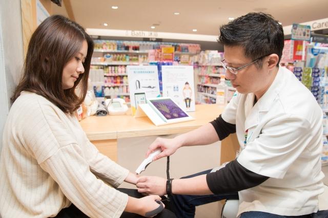 亞洲首間數位藥妝進駐東區,並設有「中醫經絡檢測站」,有專業藥師詳細解析,可以在3分鐘內迅速檢測全身穴道。(記者陳柏州/攝影)