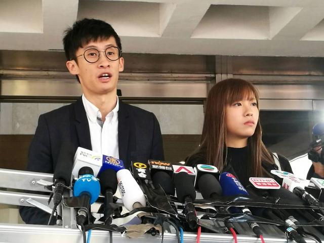 香港青年新政的梁頌恆(右)和游蕙禎(左)的立法會議員宣誓上訴案,高等法院上訴庭駁回兩人的上訴,兩人喪失議員資格。(中央社檔案圖片)