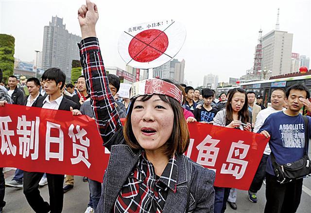 2012年,中國大陸爆發反日遊行,源頭被認為是梁振英「默許」放行保釣船前往釣魚台。(Getty Images)