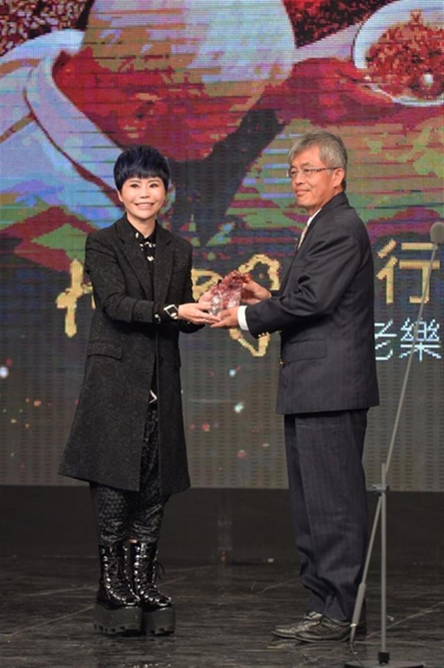 詹雅雯與得獎者王崑成。(三立提供)