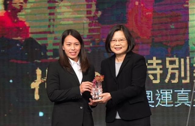 台灣三立新聞首度舉辦的「2016 台灣真英雄」活動。圖為總統蔡英文(右)頒獎給里約奧運舉重銅牌郭婞淳。(三立提供)