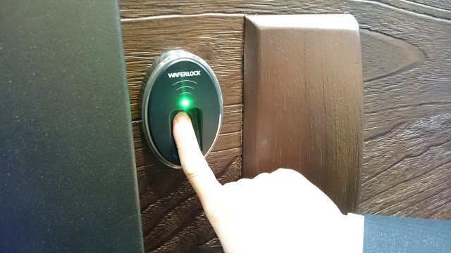 維夫拉客電子鎖結合自動門弓器,指紋解鎖後,大門自動打開,方便兩手都拿著東西的住戶。