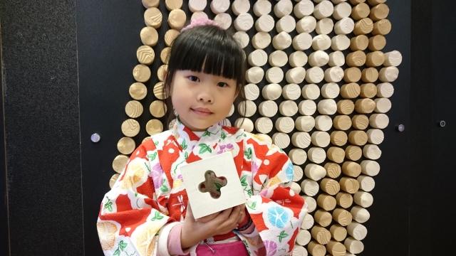 小女孩手持的日本孔洞磚與牆面的劈開磚(牆)以類玻璃磚植筋施工即可,該產品由卡曼特引進。