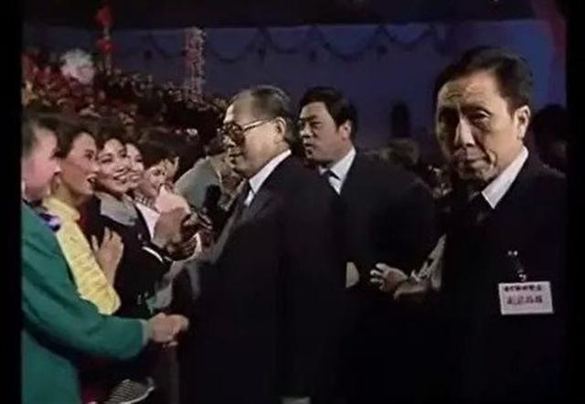 1990年「春晚」,宋祖英(綠衣者)被江澤民「盯上」。(視頻截圖)