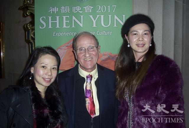 牧師David Jeffrey(中)和太太徐女士(左)。(記者周容/攝影)