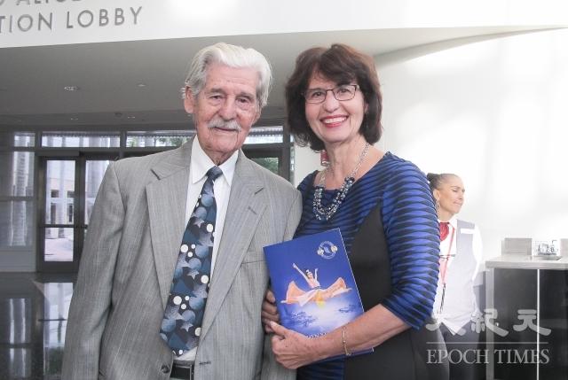 Carmen Ramos女士(右)帶著95歲的老父親Juan Ramos先生,驅車6個小時趕到邁阿密觀看神韻演出。(記者麥蕾/攝影)