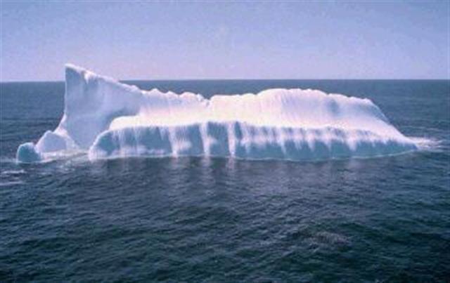 南極冰層斷裂後形成的冰山漂流到阿根廷海域。(法新社)