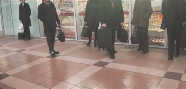 日本上班族習慣穿整身黑。(視頻截圖)