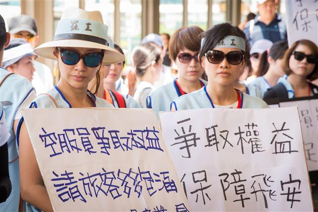 去年的空服員罷工事件讓許多旅客無法出國,雖然旅客投保「旅遊不便險」,但有些保險公司並不理賠。(攝影/陳柏州)