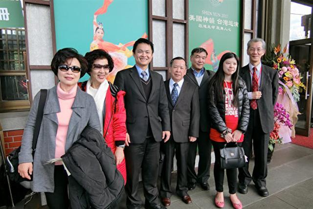 2017年2月15日下午,信任房屋店長蔡佳宏(左三)觀賞神韻紐約藝術團在台北國父紀念館的演出。(戴德蔓/大紀元)