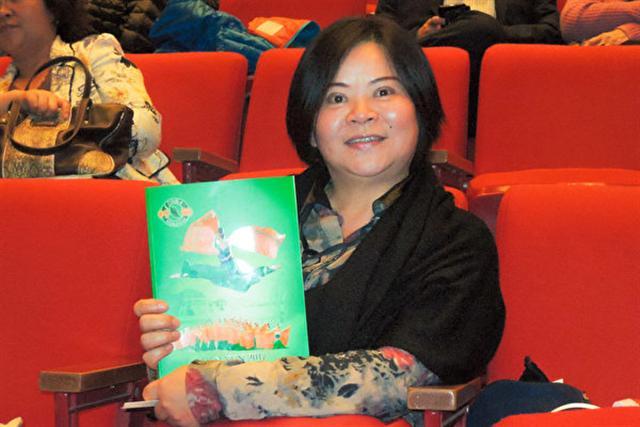 2017年2月19日下午,畫家黃日然觀賞美國神韻紐約藝術團在台北國父紀念館的演出。(李韻/大紀元)