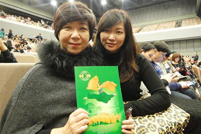 中華民國油畫協會總幹事薛沛羢(左)偕同友人一起觀賞美國神韻藝術團2月22日晚間在台灣桃園展演中心的演出。(陳羽柔/大紀元)