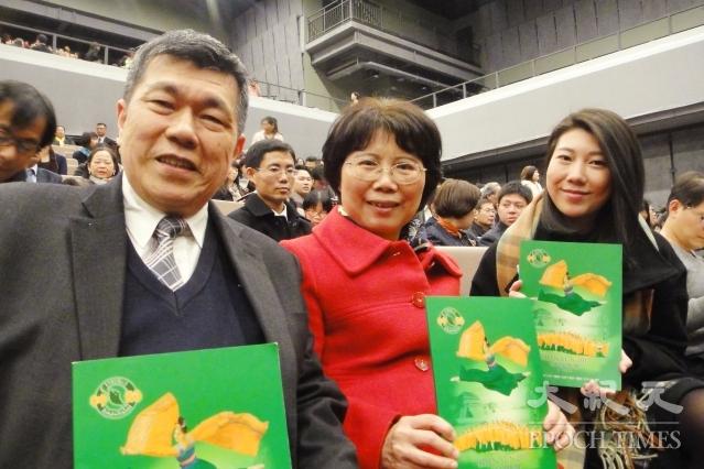 南山人壽前區經理林一直一家三口觀賞神韻演出。(記者陳羽柔/攝影)