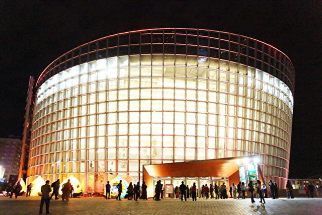 2017年2月23日晚間,神韻紐約藝術團在桃園展演中心舉行第四場演出,大批中國大陸民眾慕名組團趕來,他們盼望神韻早日到大陸演出。圖為桃園展演中心外景。(林仕傑/大紀元)