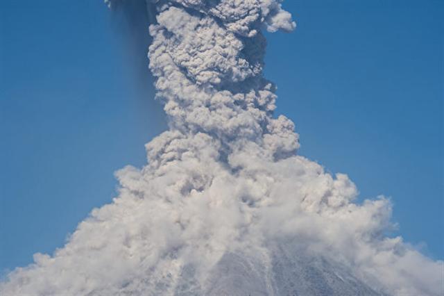 瓜地馬拉的活火山富埃戈火山(Volcano of  Fire)當地時間週六(25日)爆發,噴出高達4,500公尺的火山灰。(AFP PHOTO / Hector Guerrero)