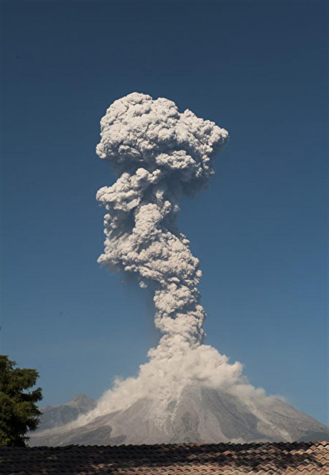 危地馬拉的活火山富埃戈火山(Volcano of Fire)當地時間週六(25日)爆發,噴出高達4,500米的火山灰。(AFP PHOTO / Hector Guerrero)