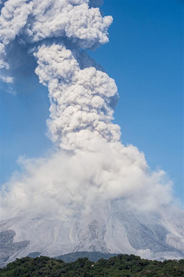 危地馬拉的活火山富埃戈火山(Volcano of Fire)當地時間週六(25日)爆發,噴出高達4,500米的火山灰。( AFP PHOTO / Hector Guerrero)