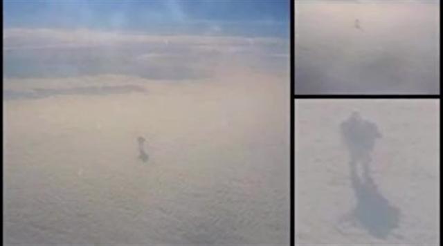 2016年1月,另有目擊者聲稱在飛機上目睹雲層上的人形物體。(Youtube影片截圖)