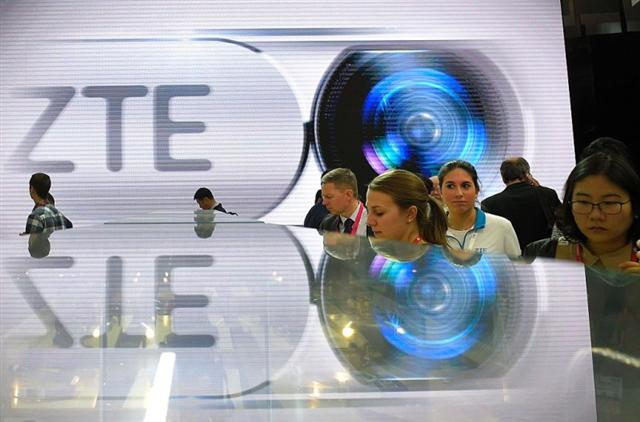 中興通訊因違反美國出口管制遭美國政府罰巨款,其作案手段曝光,但案發時間點讓人生疑。圖為中興通訊2016年2月參加國際移動設備大會。(LLUIS GENE/AFP/Getty Images)