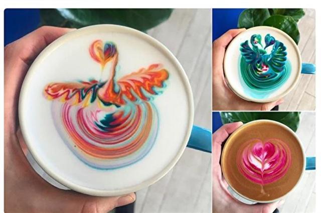 澳洲一家咖啡店的女服務生庫姆比斯(Emily Coumbis)所做的彩色咖啡拉花,正在網上走紅。(推特網頁擷圖)