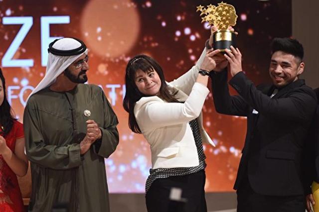 麥克唐奈(中)在迪拜領取全球教師獎。(來源:全球教師獎的官方臉書)