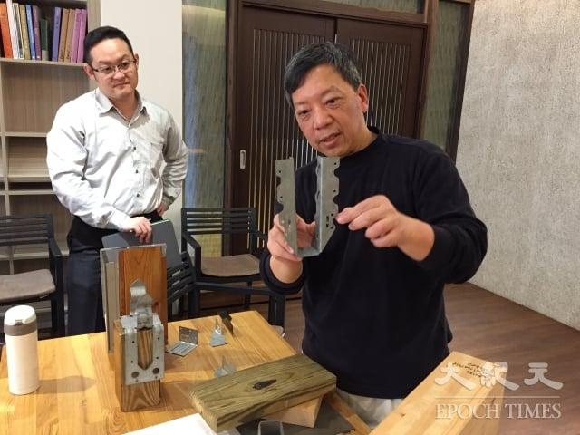 洪育成展示木構造的簡便工具。(記者謝平平/攝影)