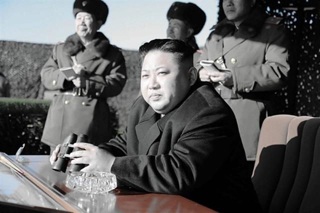 目前朝鮮半島瀰漫著「斬首金正恩」的火藥味,易理師曾預測金正恩「少年得志,先甜後苦」的命格。圖為2016年12月11日金正恩觀看北韓特種作戰部隊的打擊演習。(KNS/AFP/Getty Images)